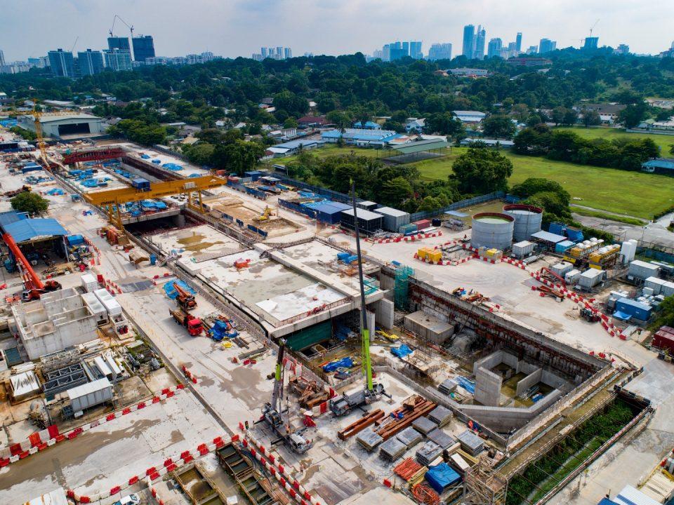 Pandangan Stesen MRT Bandar Malaysia Utara menunjukkan kerja-kerja dinding konkrit tetulang, tiang, papak platform dan kerja-kerja pengalisan air sedang berjalan.