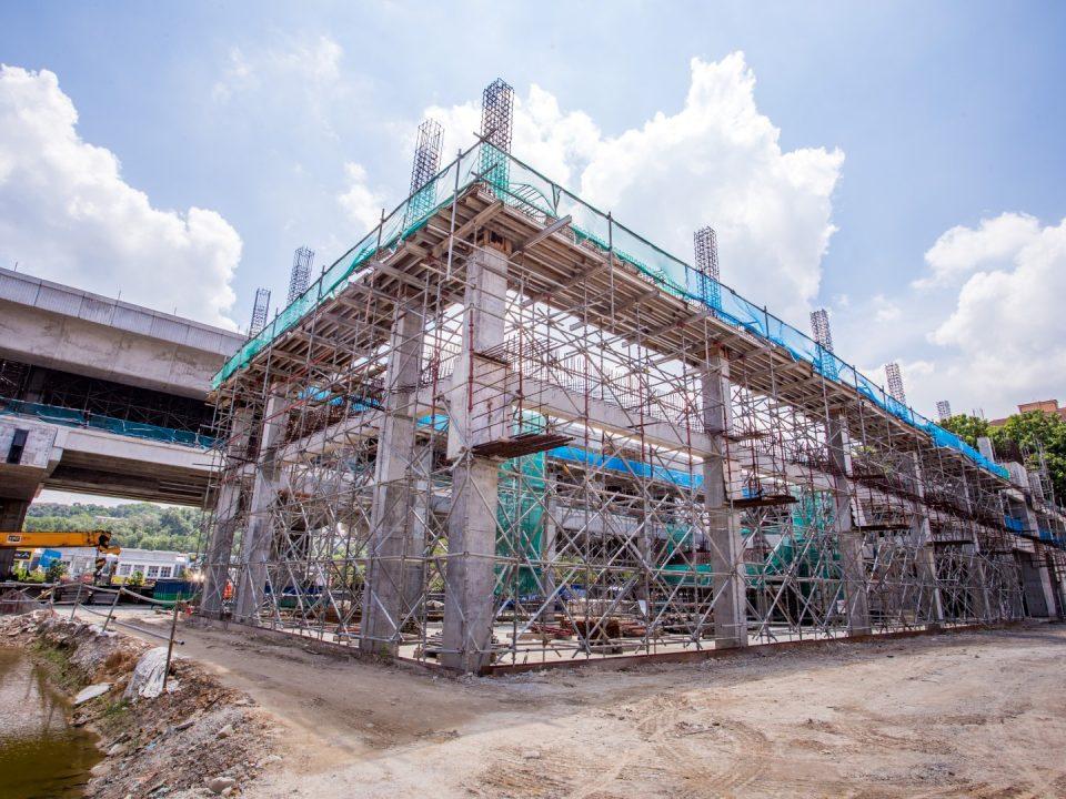 Kerja-kerja seni bina dan kerja-kerja mekanikal dan elektrikal sedang dijalankan untuk semua bilik sistem Stesen MRT Taman Equine.