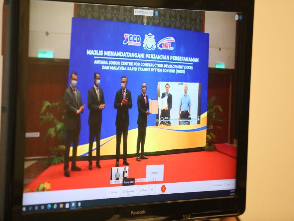 MOU SECARA MAYA: Gambaran secara maya Perjanjian Persefahaman (MOU) bagi penyertaan kontraktor Bumiputera dalam Projek Rapid Transit System Link (RTS Link) di antara Johor Bahru dan Singapura di antara Mass Rapid Transit Corporation Sdn Bhd dan Johor Centre for Construction Development.