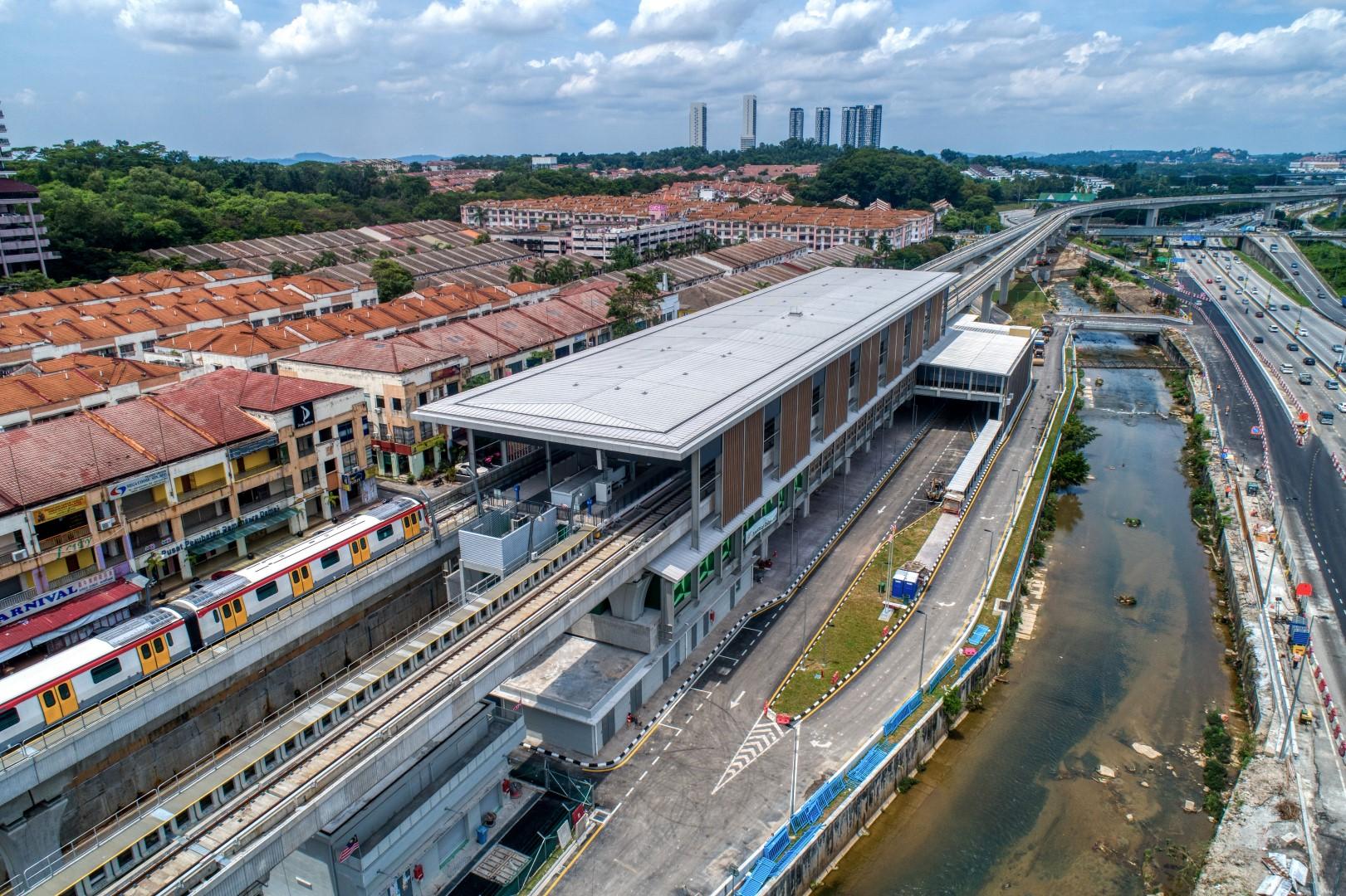 Pandangan udara Stesen MRT Damansara Damai menunjukkan kerja-kerja pengeturfan dan dinding A5 sedang dijalankan.