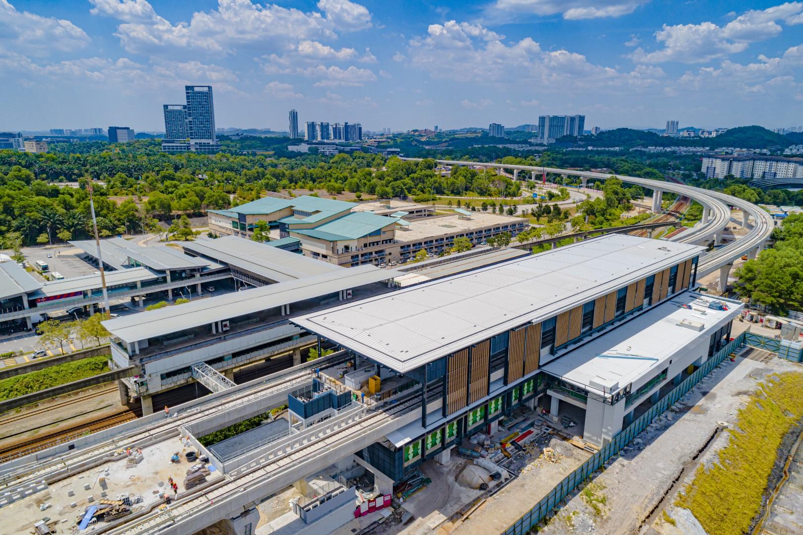 Pandangan udara Stesen MRT Putrajaya Sentral menunjukkan kerja-kerja pemasangan panel komposit aluminium sedang dijalankan.