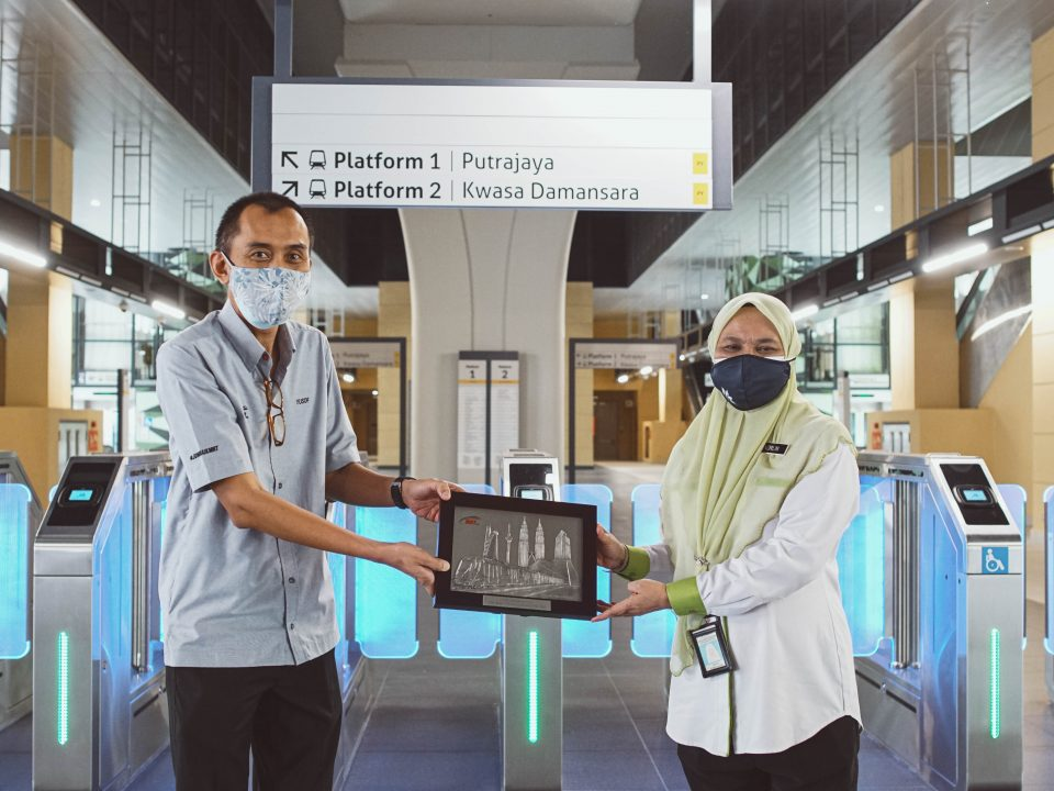 CENDERAHATI: (dari kiri) Pengarah Projek MRT3 Tuan Haji Yusof bin Kasiron menyerahkan cenderahati kepada Ketua Pengarah JAS YBrs. Puan Norlin binti Jaafar sebagai penghargaan di atas masa dan pandangan yang dikongsi.