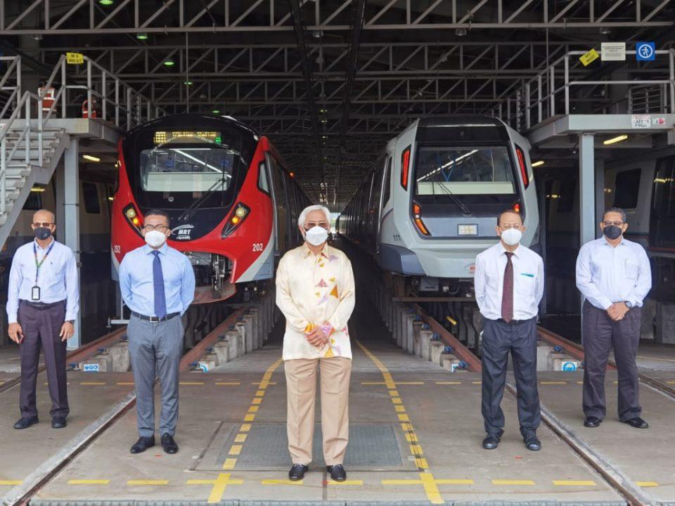 TREN MRT: (dari kiri) Ketua Pegawai Eksekutif Rapid Rail (RR) Sdn Bhd Encik Ramlie Shafie, Presiden dan Ketua Pegawai Eksekutif Kumpulan Prasarana Encik Mohd Azharuddin Mat Sah, Pengerusi Prasarana Tan Sri Jamaludin Ibrahim, Ketua Pegawai Operasi Kumpulan Prasarana (Strategi dan Pembangunan) Dr. Prodyut Dutt dan Ketua Pegawai Operasi RR Encik Abdul Hadi Amran bergambar di hadapan tren MRT di Pejabat Penyelenggaraan Tren